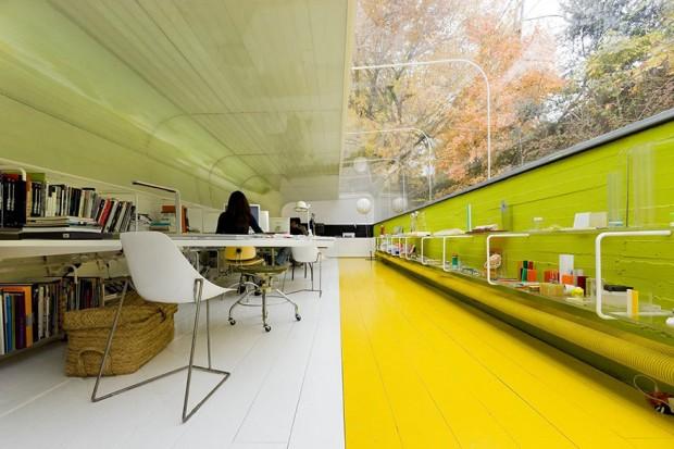 Oficinas modernas de Selgas cano rodeadas de naturaleza