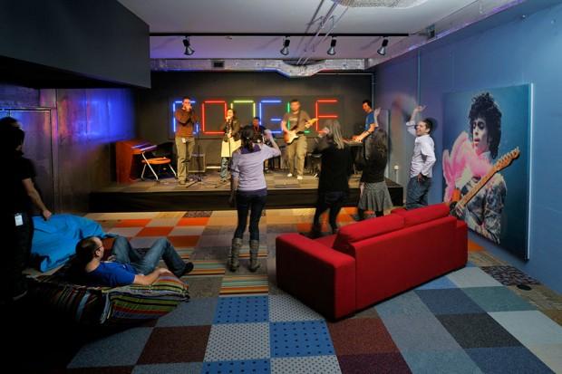 Concierto en las oficinas modernas de Google