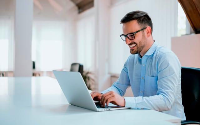 Buena postura corporal hábito saludable en el trabajo